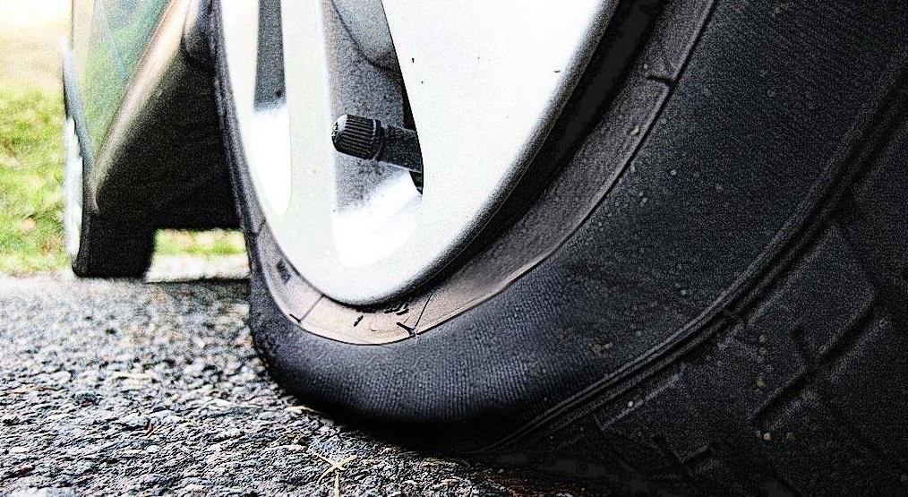 Приспущенная покрышка авто