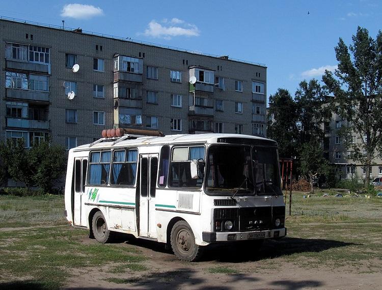Автобус во дворе жилого дома