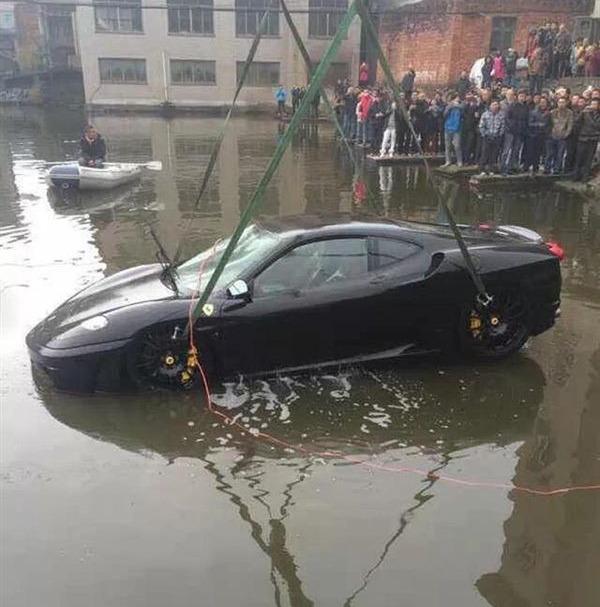 Ferrari достают из водоема
