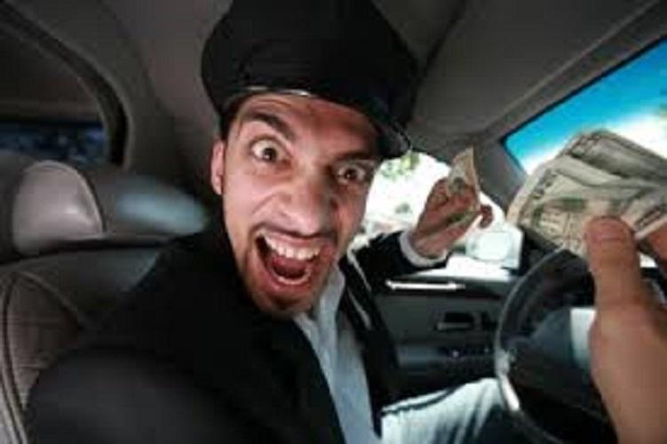 Смешной таксист в кепке