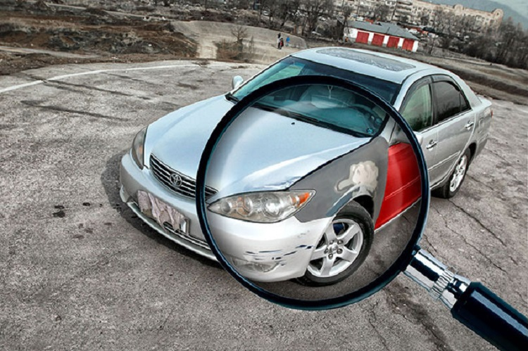 Увеличительное стекло и фара авто