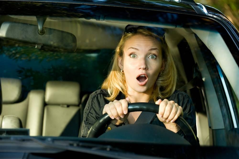 Испуганная женщина-водитель