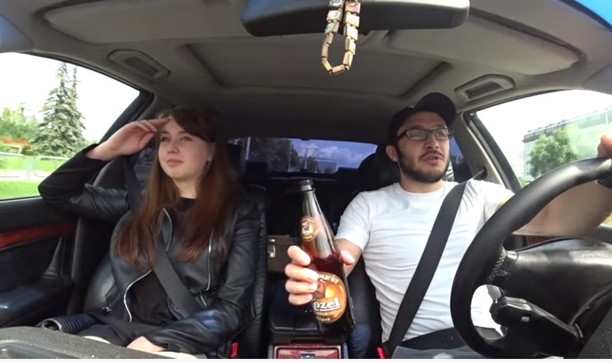 Таксист с пивом и пассажир-девушка