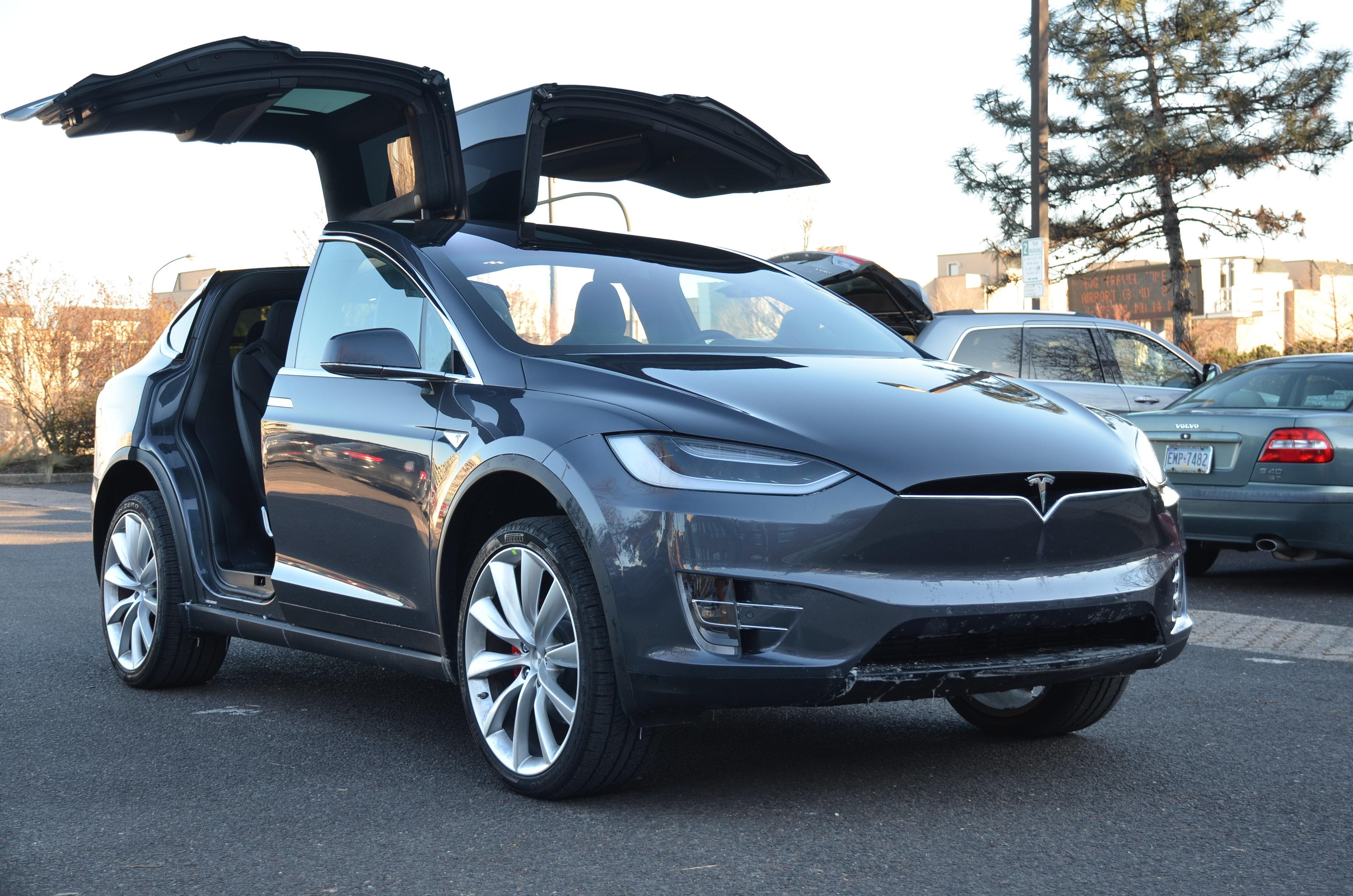 Авто Model-X Тесла с поднятыми дверями