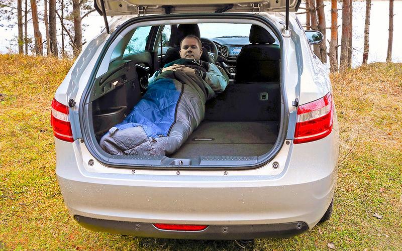 Мужчина лежит в Ладе Весте