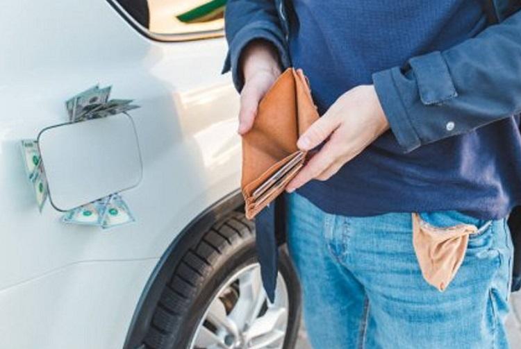 Водитель у авто с пустым бумажником