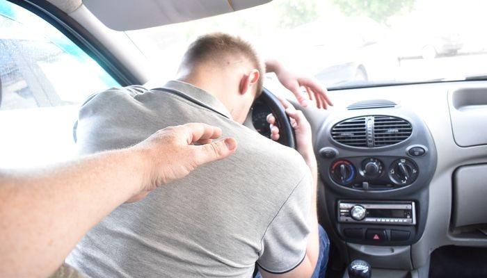 Водитель опустил голову на руль