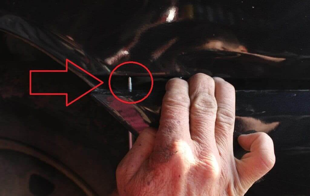 Шаг №4 Выкручиваем саморезы, которые крепят бампер возле колесной арки