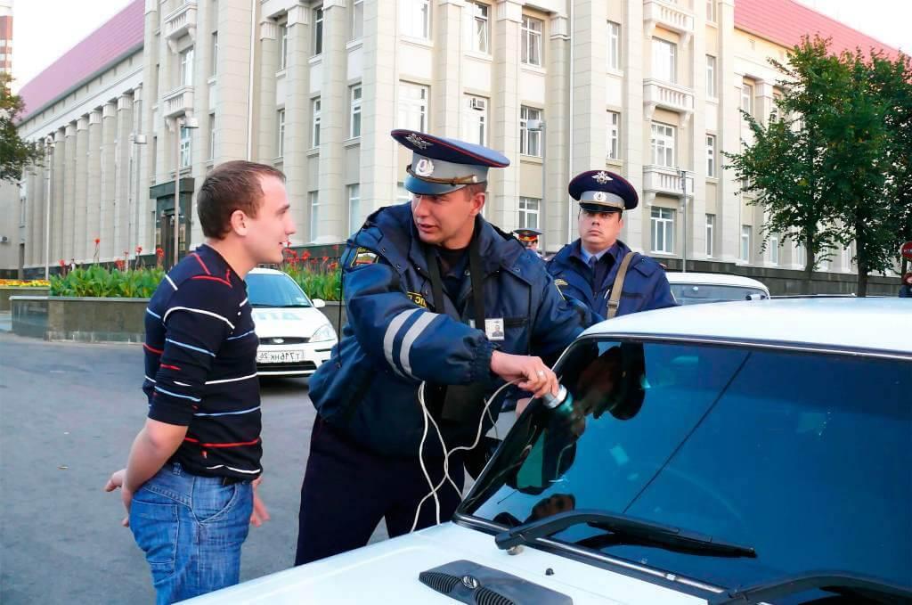 Проверка светопропускаемости стекол автомобиля на стандартном посту ДПС