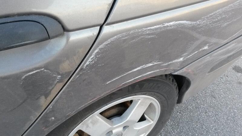 Подготовка автомобиля к удалению царапин на крыле