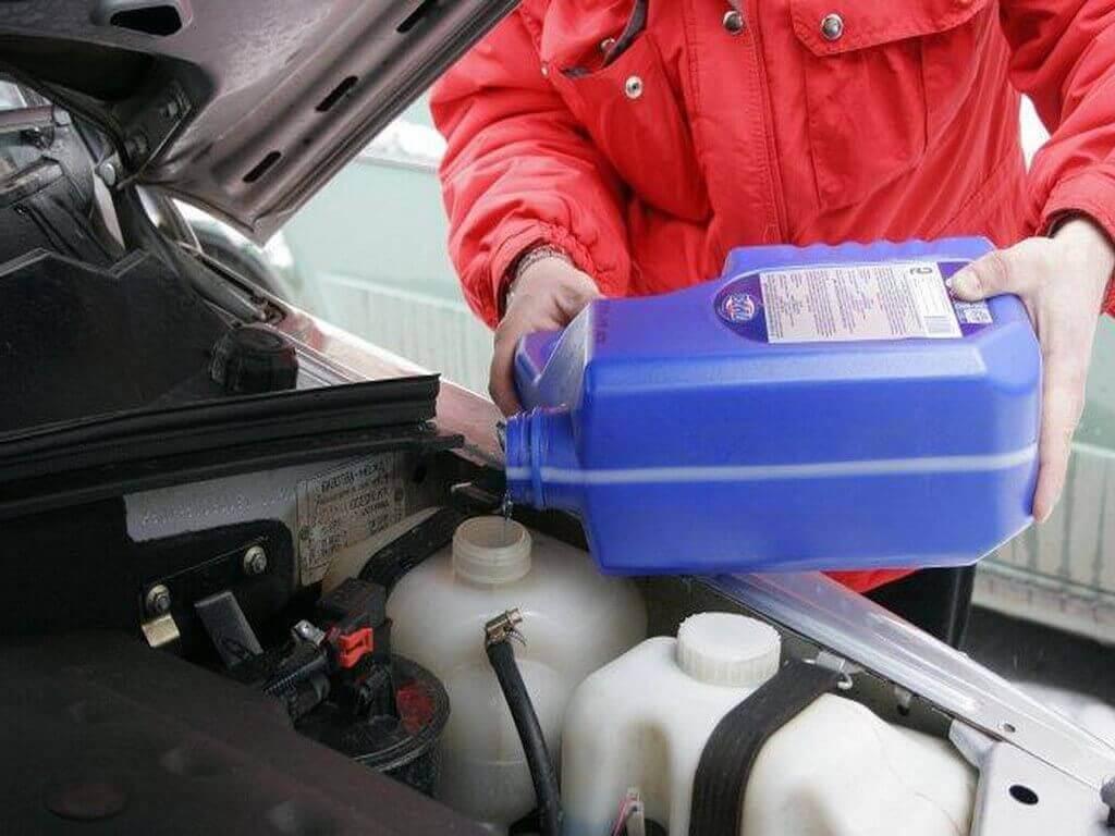 Подготовка автомобиля к зиме. Проверка масла, антифриза и наличие полного бака бензина.