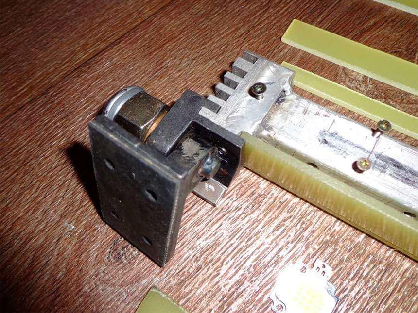 Установка резинового демпфера на подошву крепежного кронштейна люстры