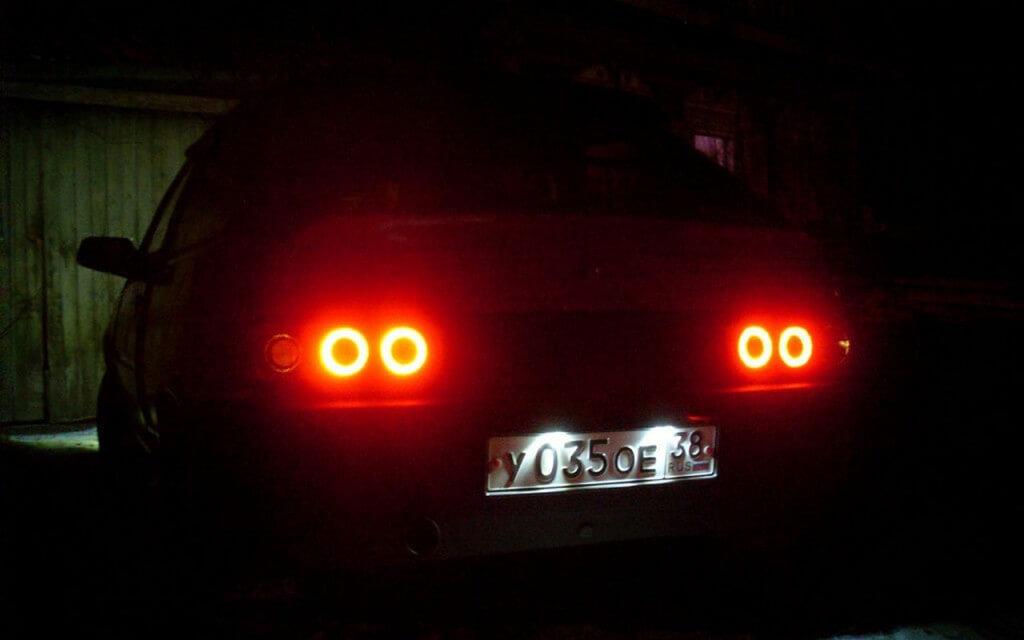 Светодиодные кольца на задних фонарях автомобиля