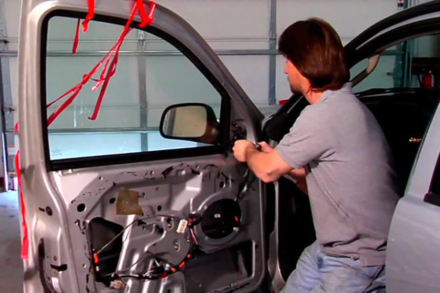 Ремонт двери автомобиля - замена зеркала и стеклоподъемника