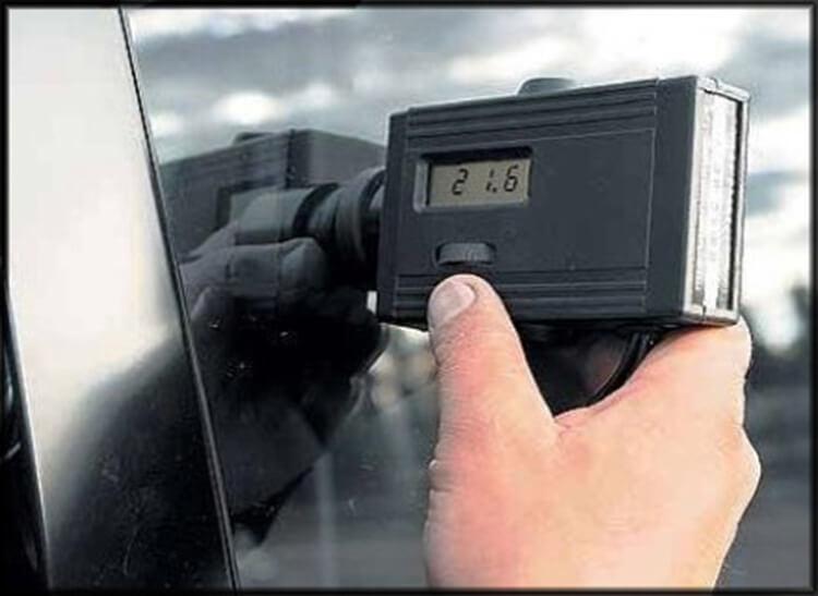Тауметр помогает сотрудникам ГИБДД определять затемнение автомобиля.