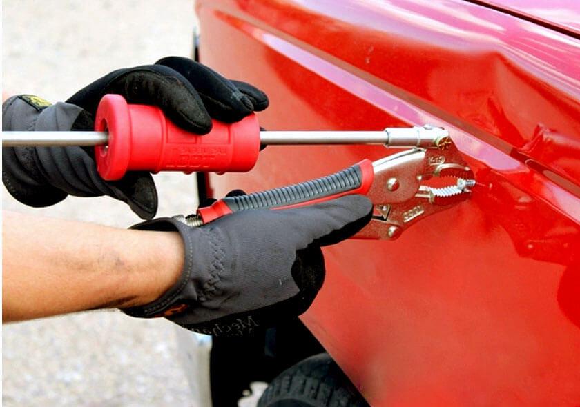 Устранение вмятин на двери при помощи крюков и рычагов