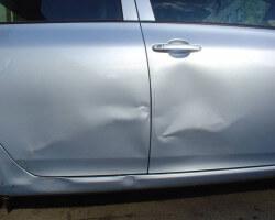 Как устранить вмятину на двери автомобиля