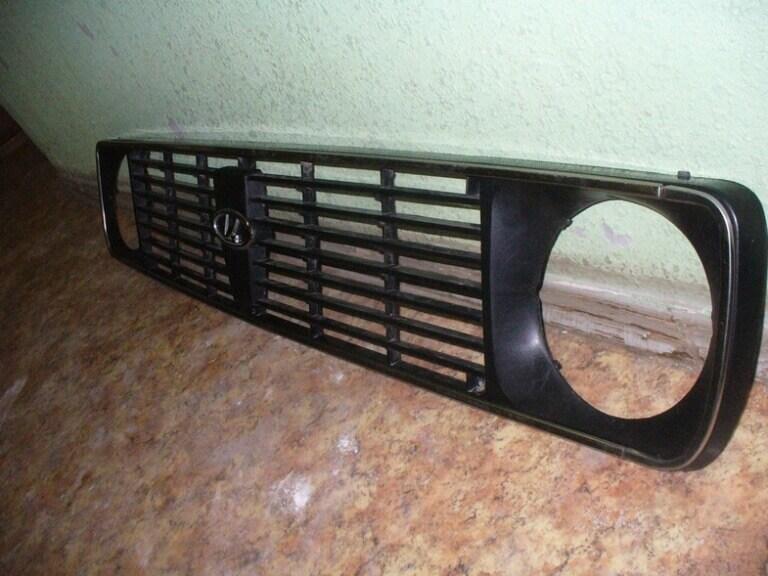 Удаление всех повреждений на решетке радиатора и подготовка к покраске