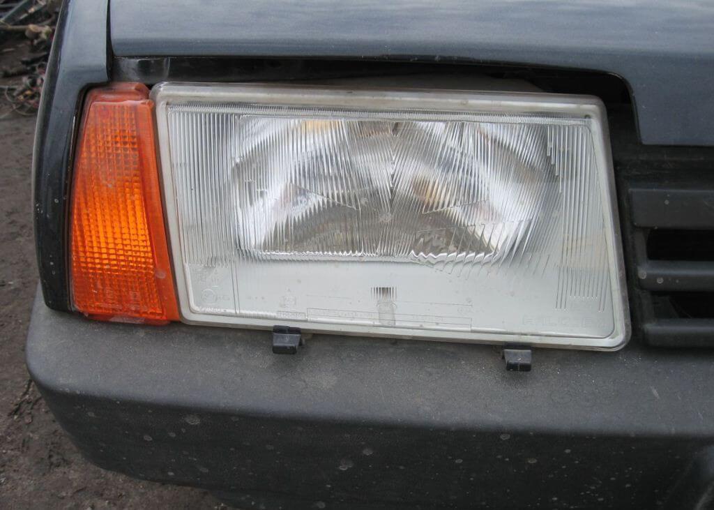 Передняя фара машины