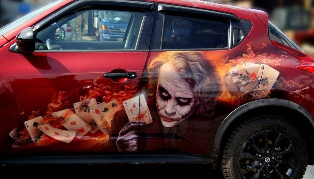 Потреты вымешленных персонажей на машине