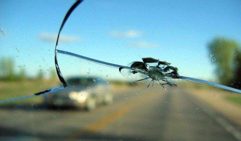 Трещина в автостекле