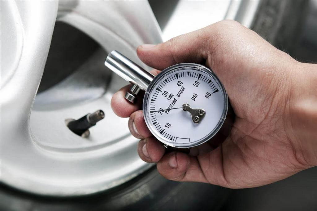 Проверка накачки колеса