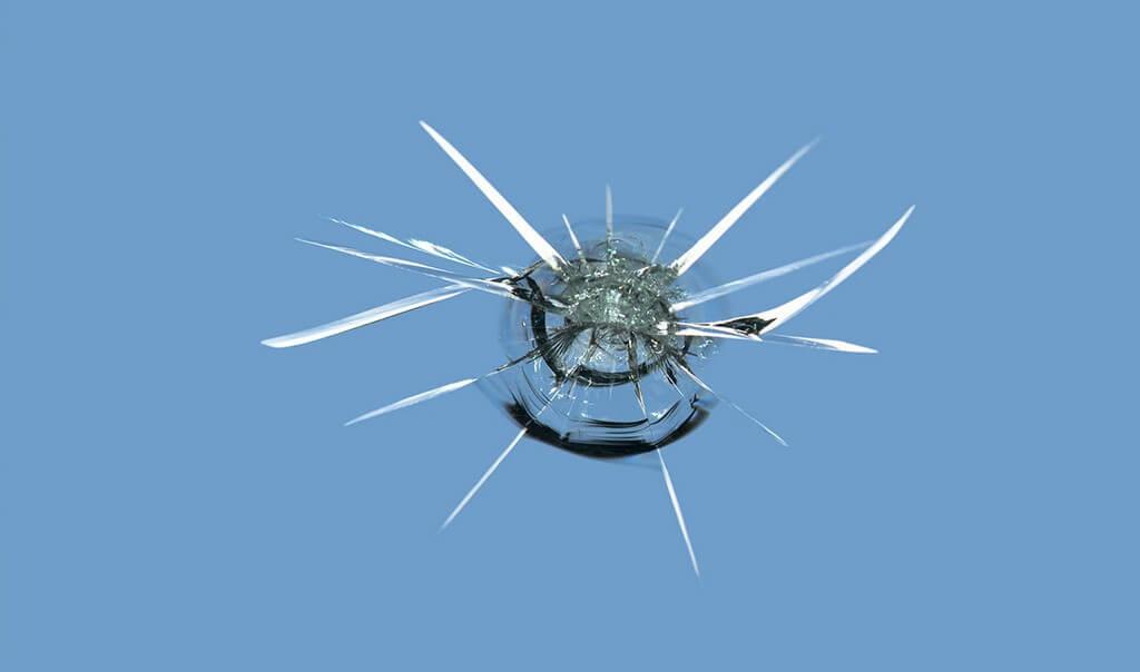 Трещины и сколы на лобовом стекле автомобиля
