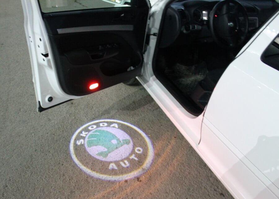 Штатная подсветка дверей с логотипом