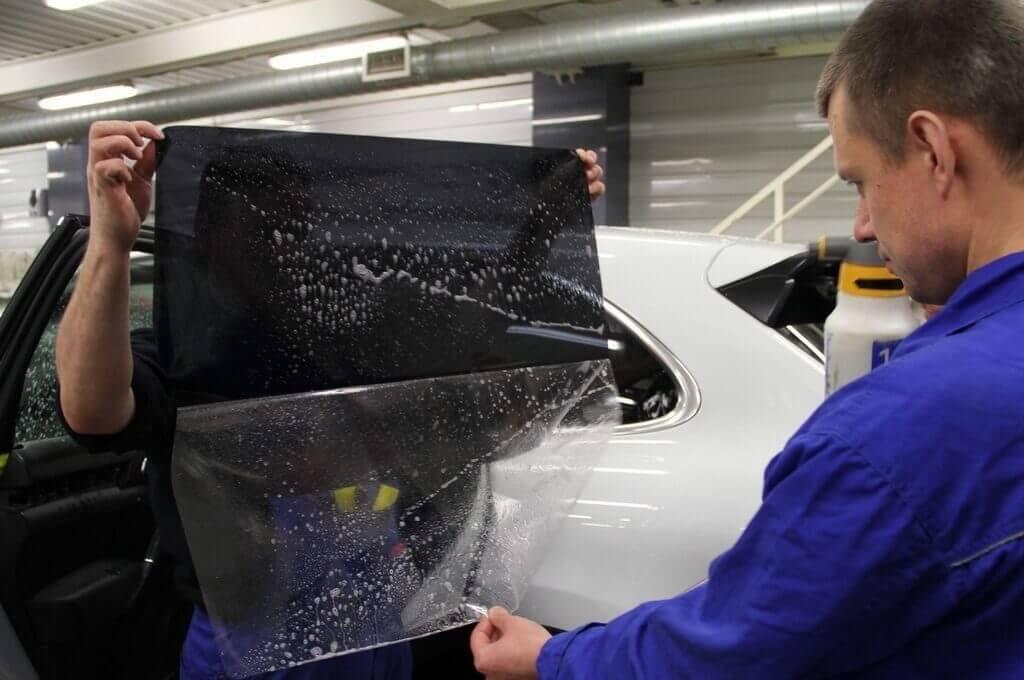 Поклейка пленки на стекла машины