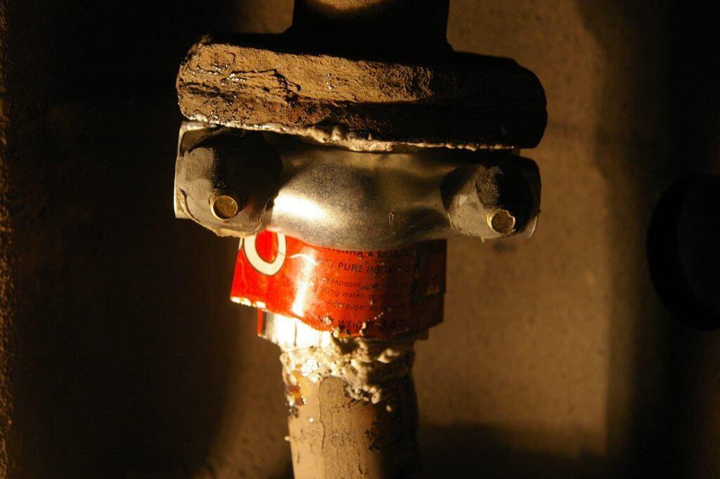 На износ системы влияет много факторов начиная от прогара сварочных швов, выгорания минеральной ваты и заканчивая погодными условиями