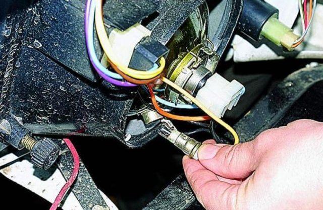 Как правило, лампочки в фарах автомобиля перегорают и их приходится менять с регулярностью 1 раз в 1,5-2 года