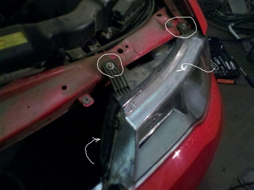 Сама фара снимается легко: нужно ослабить крепежные болты и снять фару с кузова автомобиля