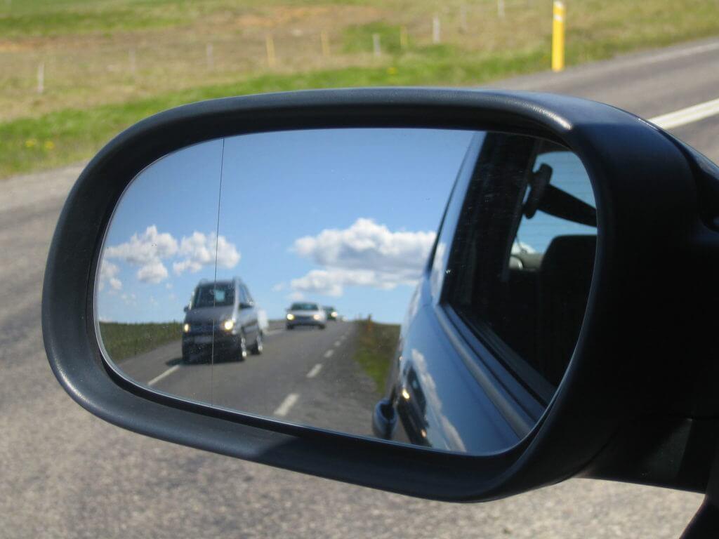 Чаще всего именно качество обзора страдает во время зимних поездок, когда зеркала автомобиля замерзают