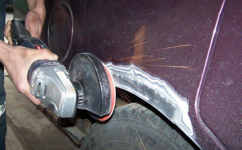 Зачистка поврежденных участков кузова