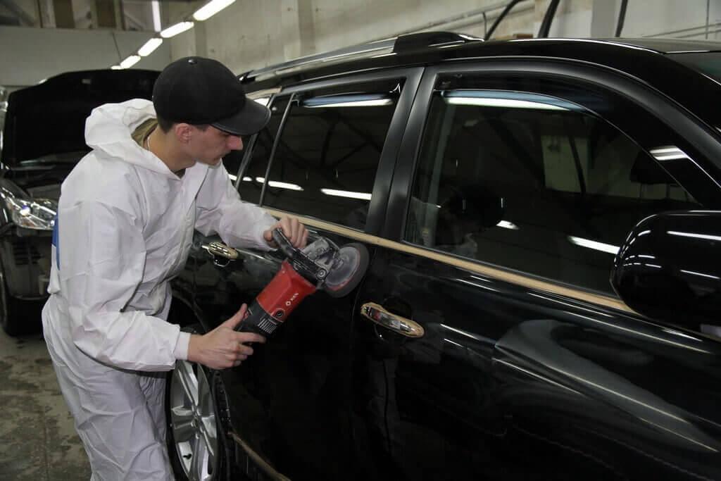 Процессс полировки автомобиля