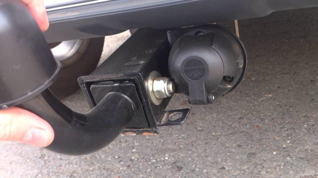 Это очень важно, потому что при движении автомобиля с прицепом всегда есть вероятность, что масса прицепа надавит на раму тягово-сцепного устройства