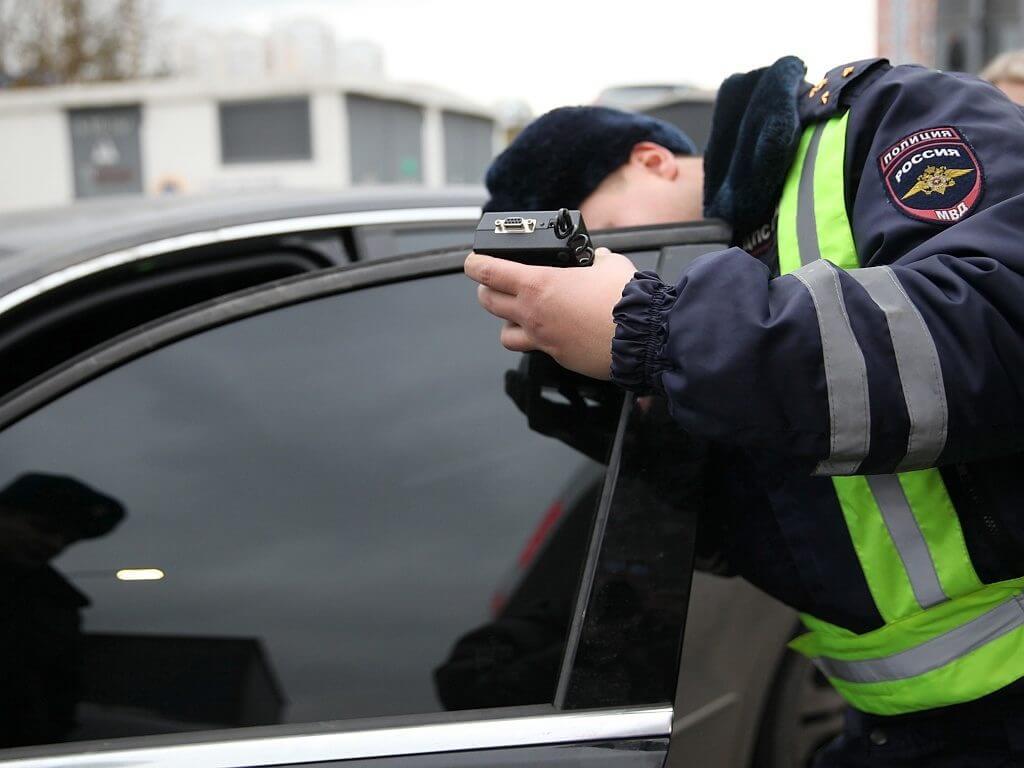 Если стекла автомобиля не отвечают указанным требованиям, то автовладельца ожидает штраф
