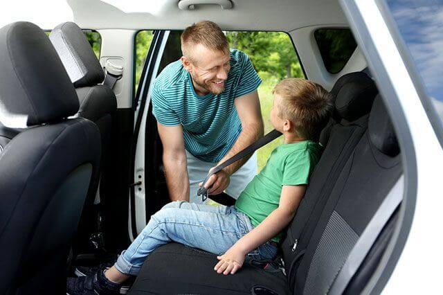 Обязательно применяется детское автокресло, если ребенок до 12 лет едет на переднем сиденье легковой машины