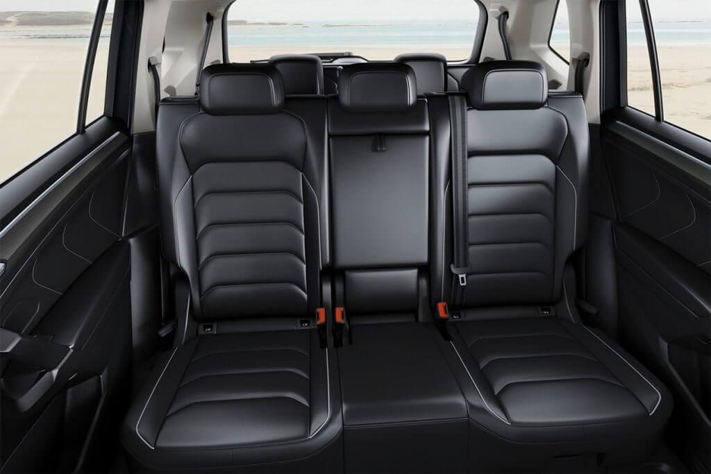 При таких размерах передвигаемое на 18 см заднее сиденье имеет реальный смысл. На втором ряду есть складные столики с пепельницами и, необычно для этого класса, отдельная регулировка климат-контроля